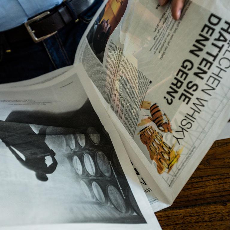 Aufgeschlagene Zeitung: Die Idea Distillers unterstützen Sie im Bereich Kommunikation & PR.