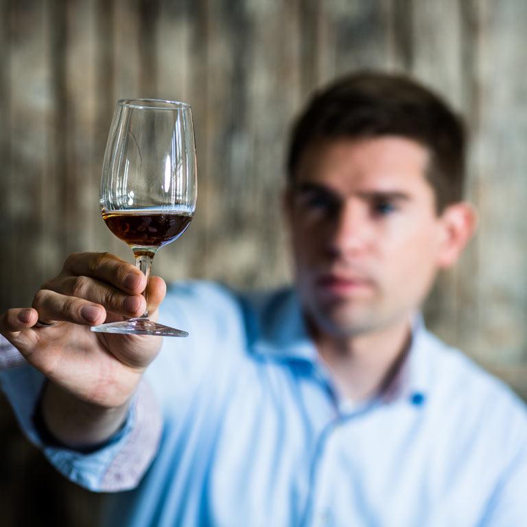 Sommelier-Beratung bei den Idea Distillers: Christian Schrade hält gefülltes Whisky-Glas in die Kamera.
