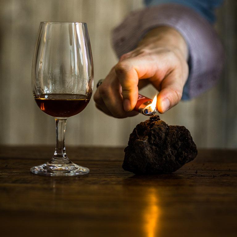 Torf wird neben einem Glas Whisky angezündet: Die Idea Distillers erzählen die ganz besondere Geschichte Ihrer Premium Spirits.