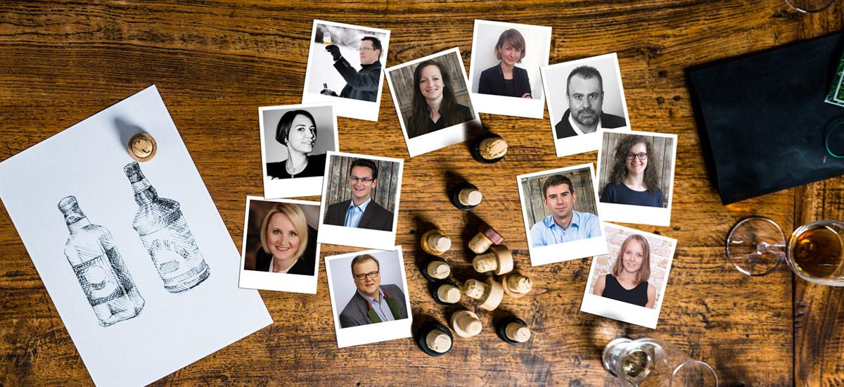 Team-Fotos auf Holztisch: Die Idea Distillers beraten Sie zu Ihren Premium-Spirits.