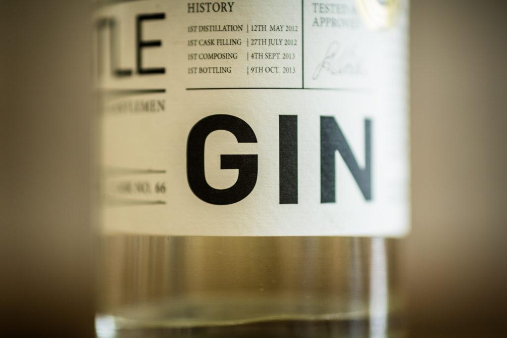 Einstieg ins Marketing: Nahaufnahme einer Ginflasche (Bild)